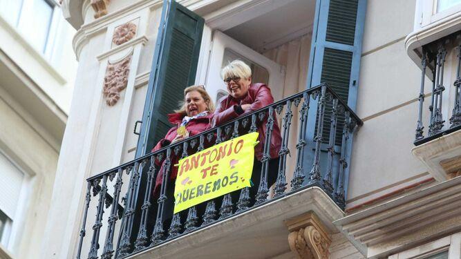 Muestras de cariño a Banderas desde un balcón de la calle Córdoba.