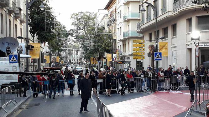 Más curiosos en la calle Córdoba, esperan la llegada de Banderas y sus invitados.