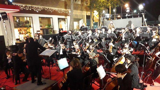 La orquesta  toca la sintonía oficial del Teatro del Soho.