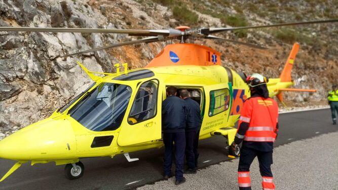 Evacuación del herido en el accidente de tráfico.