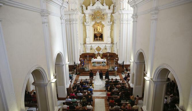 La celebración de una boda en una iglesia de Málaga.