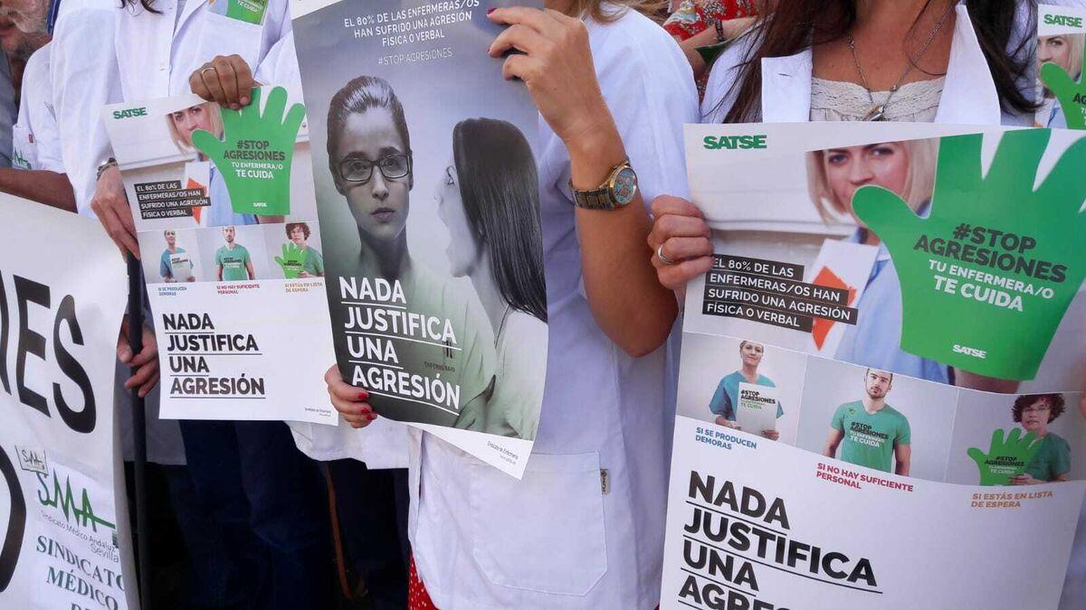 Una paciente del Hospital Clínico de Málaga le lanza a una enfermera una mampara 2