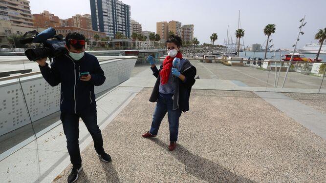 Miriam González y su compañero de Canal Málaga RTV en el Muelle Uno.