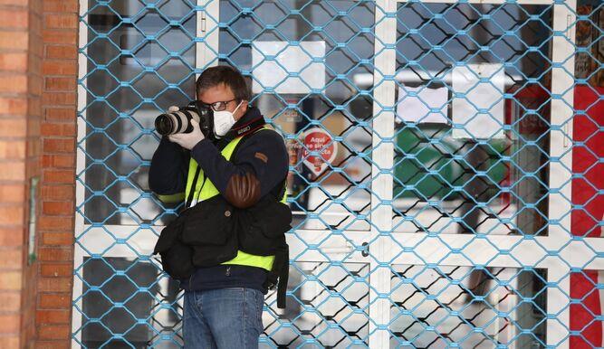 El fotógrafo Daniel Pérez toma una imagen en la estación de autobuses.
