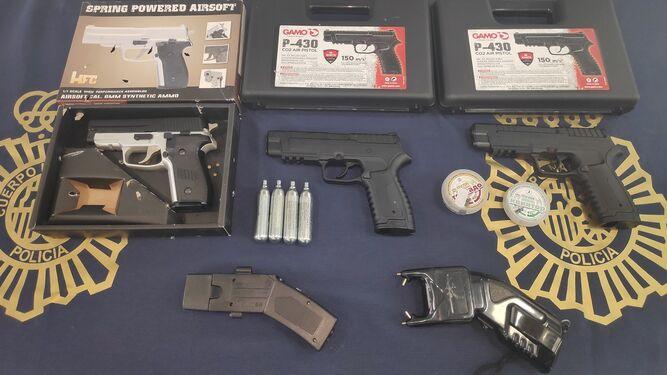 Armas incautadas a los jóvenes detenidos.