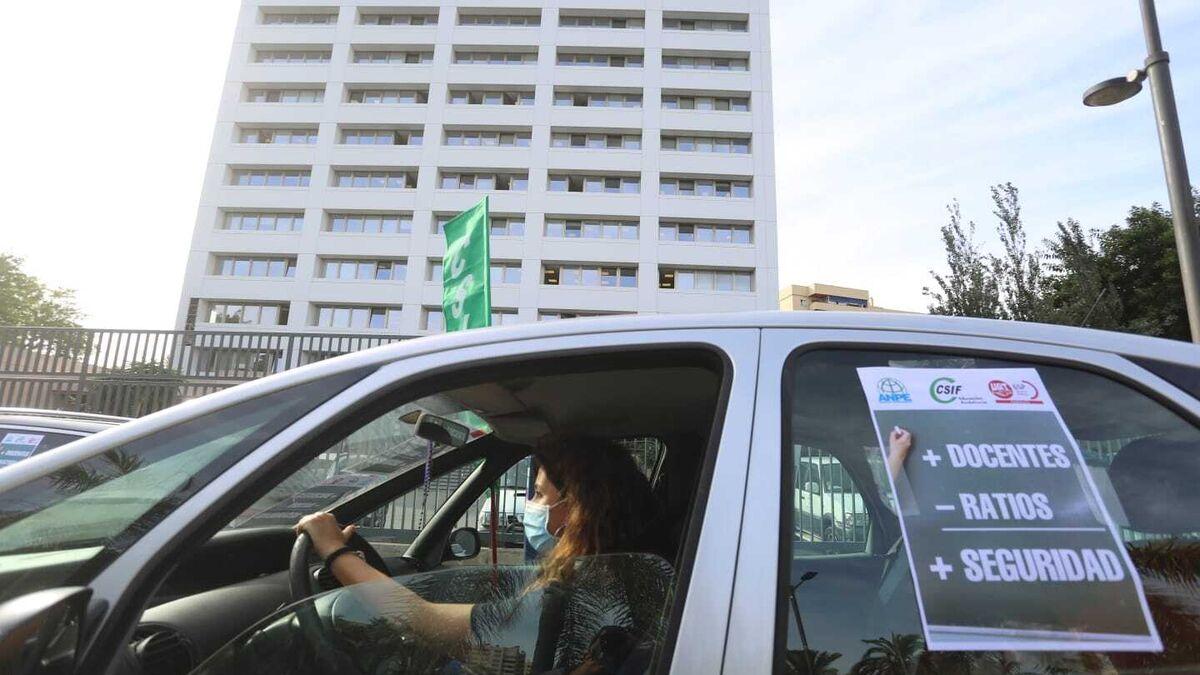Sindicatos reclaman con una caravana de vehículos en Málaga más seguridad en las aulas 3