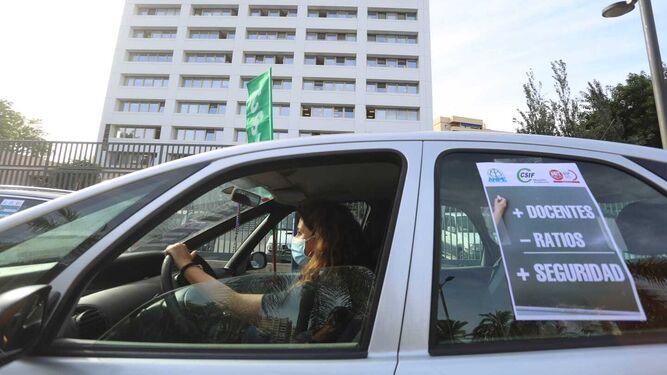 Sindicatos reclaman con una caravana de vehículos en Málaga más seguridad en las aulas 2