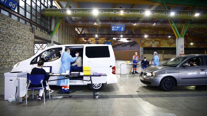 Vacunación contra el coronavirus a profesores en el Palacio de Ferias y Congresos de Málaga.