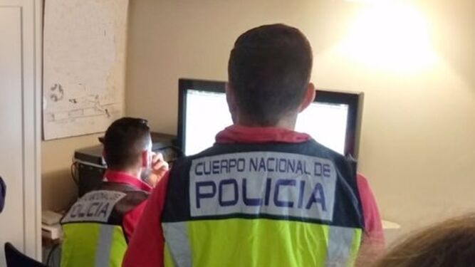 Policías nacionales durante la investigación