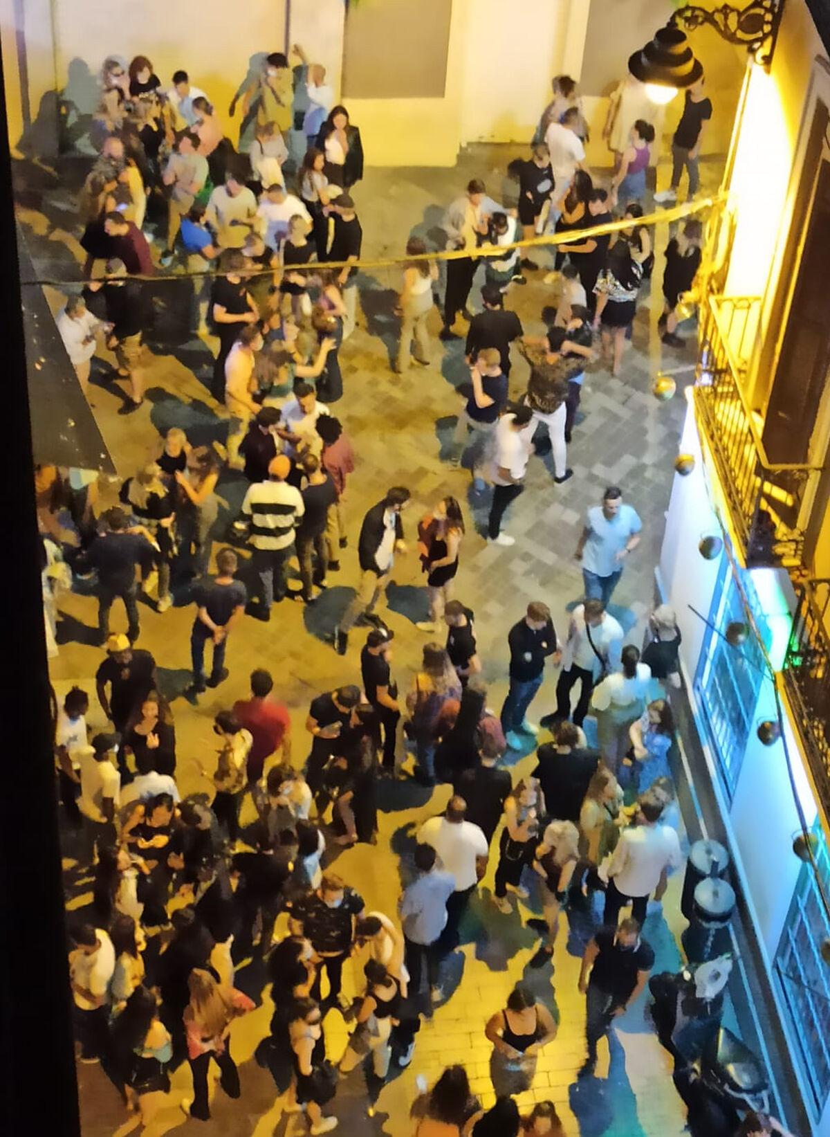Aglomeración de personas en la calle Denis Belgrado.