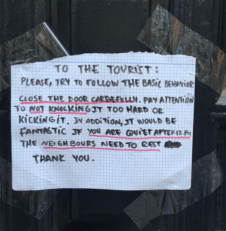 Mensaje colocado por unos vecinos en un edificio de la calle Madre de Dios, en Málaga.