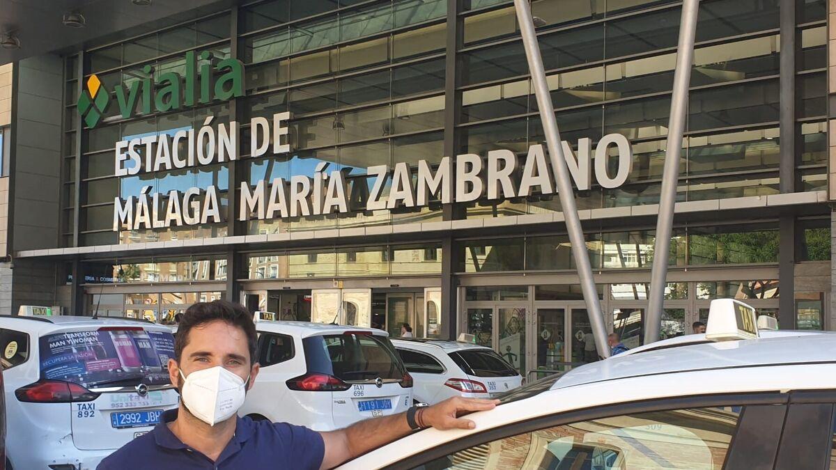 Alejandro Espinosa, en la parada de taxis de María Zambrano