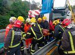 Rescatan al conductor de un camión tras volcar el vehículo a la salida de un túnel en Málaga