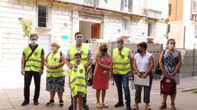 Miembros de AMAT y Adelante Málaga, frente a la Delegación del Gobierno de la Junta de Andalucía